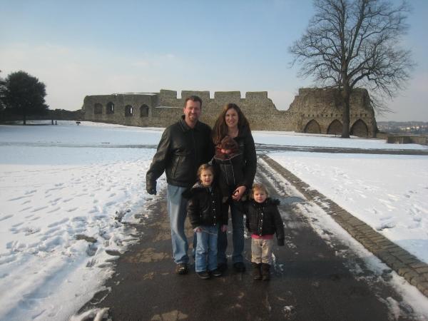 familia viajera en la nieve