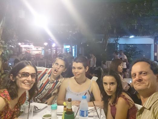 Pepita is there, una familia normal comiéndose el mundo