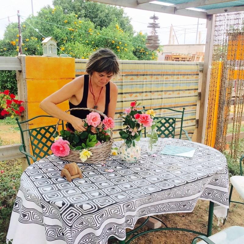 preparando-flores-frescas-en-jarrones