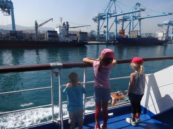 los niños en el puerto