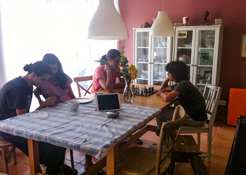familia-en-la-mesa-con-pantallas